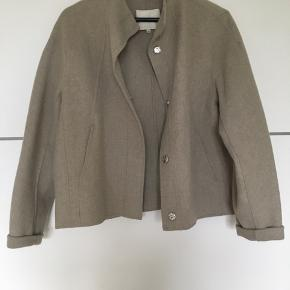 Flotteste jakke fra Selected i den fineste beige farve. Str 40, men passer også str xs-s :-)