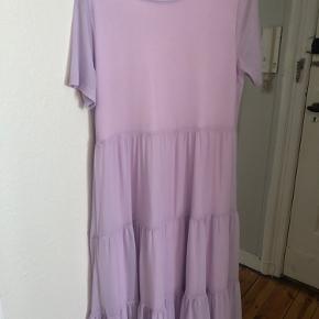 Sælger denne fine lilla kjole fra VILA da jeg har en magen til. Kjolen har nogle små solpletter på brystet, som man ikke lægger så meget mærke til og derfor den billige pris.