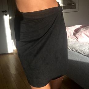Sort slå om nederdel i imiteret ruskind Super god kvalitet Brugt 2-3 gange, fejler intet :)