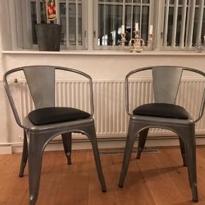 Tolix lign. metalstole i flot lysgrå farve med sort læder pude Helt nye, aldrig brugt  Sælges kun samlet Pris for begge stole: 1000 Kr.  Kan leveres i København eller Århus