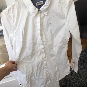 Flot hvid skjorte, som man kan bruge til alt.   Sorry at den er så krøllet på billedet (er lige flyttet, så alt mit tøj er mega krøllet) - man kan evt. skrive for et billede uden krøller, så stryger jeg den lige en gang.   BYD gerne :)