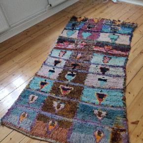 Meget smukt tæppe fra Marokko, sælges grundet flytning. Bemærk brandmærke i hjørnet. Det er fra før, jeg købte det i Marokko  Målene er:  længde 224 Bredde 1: 118 Bredde 2: 107