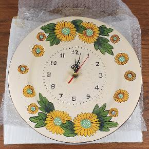 Helt nye ure med blomstermotiv. Har 6 Stk. Prisen er pr. Stk. Skriv endelig ved spørgsmål 😀