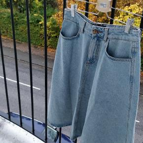 Denim nederdel frame Zara I str. S. Passer str. 36/38. Er kun blevet brugt få gange. Perfekt stand.