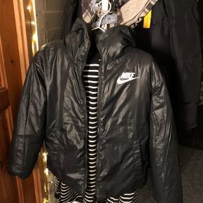 Nike jakke som er et år gammel, den er brugt højst 2 gange, da den ikke lige er mig. Jakken kan vendes, skriv for flere billeder :)