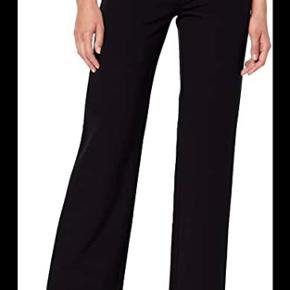 Super fine bukser fra ONLY med lille slids på hver ben   De er brugt få gange   De er i størrelsen S/30 så de fitter en på 165 cm hvis man vil have dem lige omkring anklerne