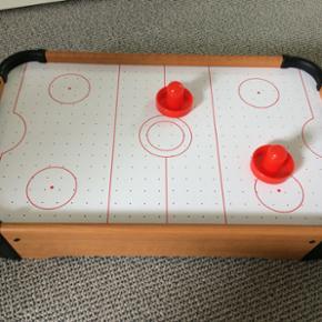 Mini air hockey. Bruger batteri. Brugt meget lidt. Afh i 6710