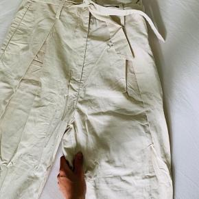 🍀Kun haft dem på 1 gang🍀 High waist🍭 3/4 i længden (stumpe-bukser)🍬 Ser fedt ud med sneaks eller en lille hæl👟👡