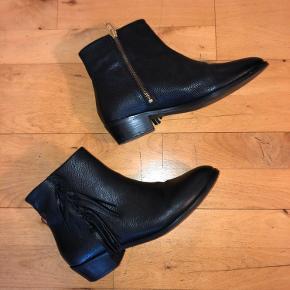 Sorte ankelstøvler fra Moss Copenhagen i str. 40. Fremstår næsten som nye, er kun brugt et par gange.  Produktet er størrelsessvarende.  Afhentes i Hellerup eller sendes med DAO 🌸
