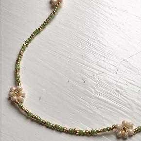 Håndlavet halskæde med blomster 🌸✨  Måler ca. 36 cm ✨
