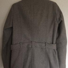 Lysgrå Uldfrakke fra Mbym str. L sælges for 400 kr