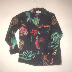 Hej  Jeg har denne Soulland silke bowler skjorte til salg  Skjorten er brugt en gang og står som helt ny  Ny pris: 1400,-  Skriv endeligt for mere information eller billeder  Se også mine andre opslag!