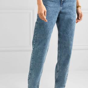 Isabel Marant Etoile mørkeblå boyfriend jeans / mom jeans.  Brugt 1 gang - købt i butikken sidste år.  Modellen er den samme som på billedet, dog er mine mørkeblå som ses på de andre billeder. Bytter ikke. Nypris var 1799. VH