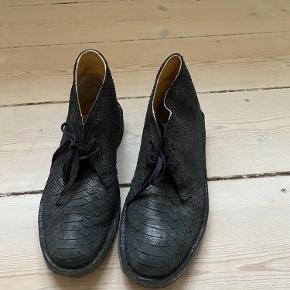 Stort set ubrugte Clarks ørkenstøvler i sort skind