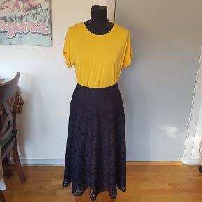 Smuk mørkeblå nederdel. Kun brugt en eller 2 gange. Jeg er 1,61 m og den går mig til anklerne. Det er meningen den skal sidde højtaljet. Spørg endelig eller kom og prøv den hvis du er i tvivl om noget.