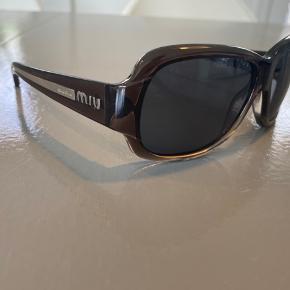 Smarte grå/sorte Miu Miu solbriller, næsten aldrig brugt.