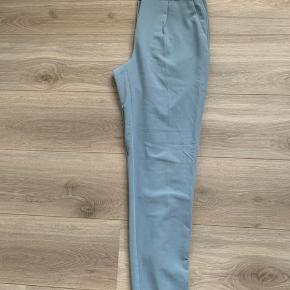 Lyseblå bukser, det er samme model som de sorte på billederne.