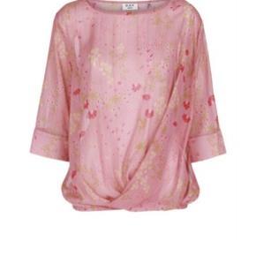 Skønneste bluse med fint print og smukke detaljer.  Utrolig fin stand.  Jeg bytter ikke.