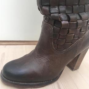 Lækre støvler i flot stand. Har kun været på et par gange da de desværre er for små til mig.  Støvler Farve: Brun