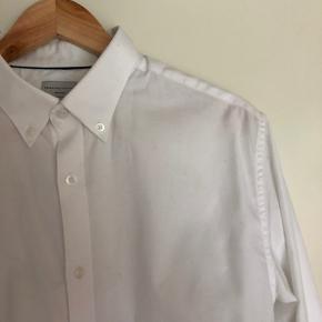 Hvid skjorte i tykt stof. Nypris 500kr