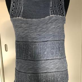 Brand: Garcia Jeans  Varetype: Top Farve: Blå Oprindelig købspris: 400 kr..  Super flot top. Brugt 1. Gang. Som ny.