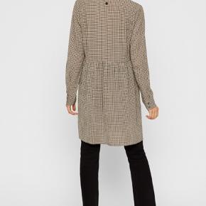 Helt ny med prismærke i. Den er i butikkerne nu.   Fineste kjole / tunika til vinteren i tern brunlige nuancer.   Str. L