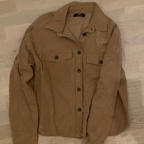 Super fed brun skjorte fra Bershka! Skjorten er maks blevet brugt 2-3 gange, så den er helt som ny 🌸