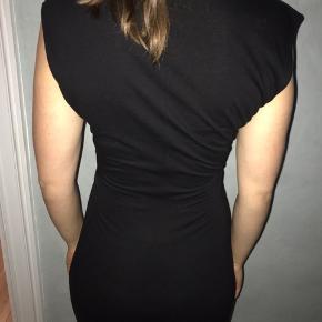 Jeg sælger denne fine kjole fra 2nd DAY, str. s. Den er i 100% viskose.