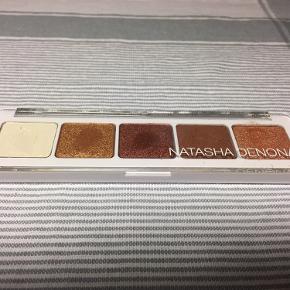 Eyeshadow Palette 04 der indeholder 5 øjenskygger. Den er lige købt og prøvet 1 gang.
