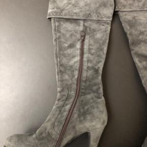 Smalle meget flotte støvler! Med opslag man kan vælge at folde op eller ned  Super god pris