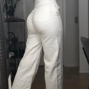 Flotte hvide Mom jeans med massere af stræk i  • Str. Small • Mærke: Moss Copenhagen • Materiale: 97% Cotton 3% Elastane     Skriv for flere billeder eller anden info Kom med bud!☺️ 🛫Køber betaler selv fragt🛬