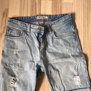 Washed denim shorts med huller fra Just Junkies. Størrelse 28. Kan sendes eller afhentes i Halsnæs omegn.