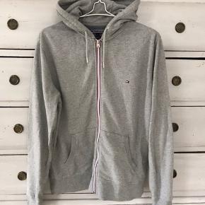 Lækker hættetrøje sweatshirt med lynlås fra Tommy Hilfiger. Brugt 2 gange. Perfekt stand.  Se mine andre annoncer!