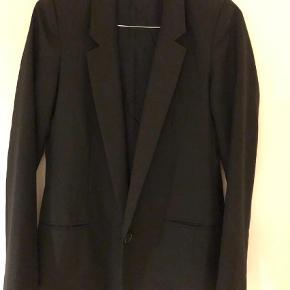 Varetype: Blazer Farve: Sort  Super fin blazer. Fejler intet da den kun er brugt få gange.
