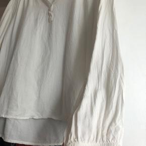 Lækker skjorte fra Soft Rebels  Fejler intet, udover at den er skrumpet i vask, også derfor den sælges. Er købt som M og fitter nu omkring XS