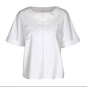 Super fin kortærmet skjortebluse fra Custommade. Modellen er rundhalset og har nogle fine detaljer i stoffet, str. 36 Helt ny og med mærke på endnu - nypris 1000,- Købt hos Rikke Solberg. Superflot til bla. et par slidte jeans 🌸💕