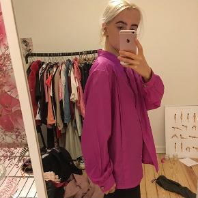 Mega sej lilla/pink skjorte i lækker lækker stof. Den er vintage