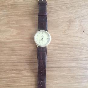 Rigtig fin ur fra Zodiac model automatic. Flot urskive, dog med lidt støv, derfor den billige pris.  Kommer med nyt krokodille rem. Går som det skal :)
