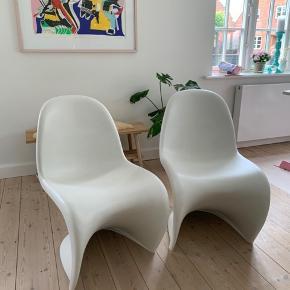 NB: kun en tilbage!!  Verner Panton S-chair. Købt i Schiang Living, Odense, for nogle år siden. Brugsspor i form af lidt ridser og lign. men ellers rigtig fine.  Kan bruges som spisestuestol, kontorstol eller lign.   2 stk. haves.  1 stk. =  800 kr. 2 stk. = 1400 kr.