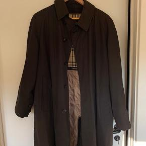 En super lækker frakke fra burberry i sort, der medfølger et slags for som kan lynes af.