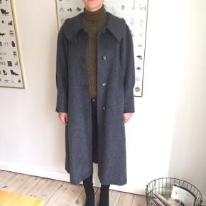 Vinterfrakke - pels i 90 % lama alpakka og 10 % kamgarn - virkelig god kvalitet. Str. 38/40.