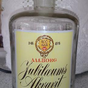 Aalborg 100 års Jubilæums Akvavit (uden indhold). Vidunderlig flaske på en liter fra De Dansk Spritfabrikkker, som vil se godt ud på ethvert frokostbord - eventuelt blot som vandkarafel, hvis du synes, at det er forkert at skabe falske forventninger ved at bruge den til snapsen!