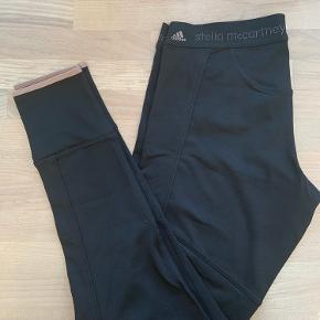 Super behagelige og komfortable 3/4 tights fra Stella McCartney X Adidas. Faren er sort med rosa/beige skrift og kant. Har aldrig været brugt, så fremstår som nye og er dejlig bløde i sigtet.