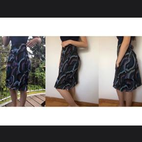 """Rigtig flot nederdel fra """"By Malene Birger"""" i str. 38.  - Ingen brugstegn - Superblødt og løst design. - Elastik i taljen. - 100 % silke.  Skriv endelig, hvis der ønskes yderligere billeder eller beskrivelse :-)"""
