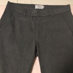 Lækre jersey-bukser m. skrålommer og lille opsmøg. Grå, marine og sorte. Ingen pletter, ingen skader. Prisen er pr. par.