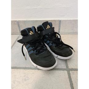 Kun brugt enkelte gange til dansetræning. Sorte læder sneakers med navy striber. Der står 38.5 i dem men jeg passer dem perfekt og er en normal 38. Så de er lidt små i størrelsen.