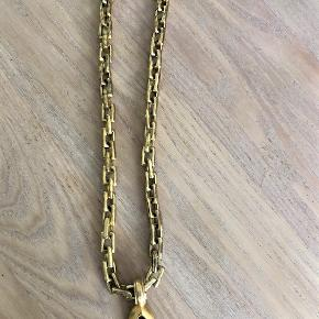 Dyrberg Kern halskæde, gylden med vedhæng med brun sten, kæden er 46 cm, vedhæng er 4 cm, brugt med ok stand