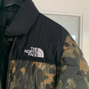 Sælger min North Face jakke, da jeg ikke får den brugt. Den er brugt få gange én vinter, og fremstår derfor som ny.  Unisex model str. S, fitter normalt.   Købt i JD Sports i London i vinteren 2018. Nypris 1800kr. Prismærke medfølger.