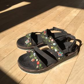 Virkelig flotte og behagelige sandaler fra Tamaris med broderi af blomster 🌺 Str. 37  Skoene er brugt 5-7 gange, så i god stand - dog er bunden lidt slidt (se sidste billede) Byd :)