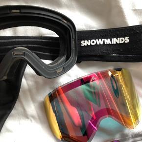 Skibriller fra Snowminds eget mærke.  Der medfølger 3 forskellige linser, så man kan skifte alt efter vejrforholdene og er fuldt dækket ind i spektrummet. Derudover en hardcase som passer godt på brillerne under transport. Brugt i en sæson og passet meget godt på BYD endelig ⛷⛷